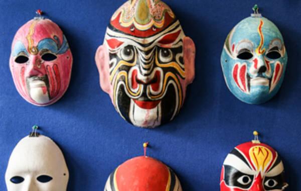 在颜少奎艺术馆,展陈着很多他的脸谱艺术作品,距今,已有50多年的历史了。历经时间洗礼,这些脸谱依然颜色鲜艳,形状如初。它们之所以50多年还没有变形,其中的奥秘在于,它是用采自雨花台的黄泥为原料做成的。(文/唐婧 摄影/胡潇)