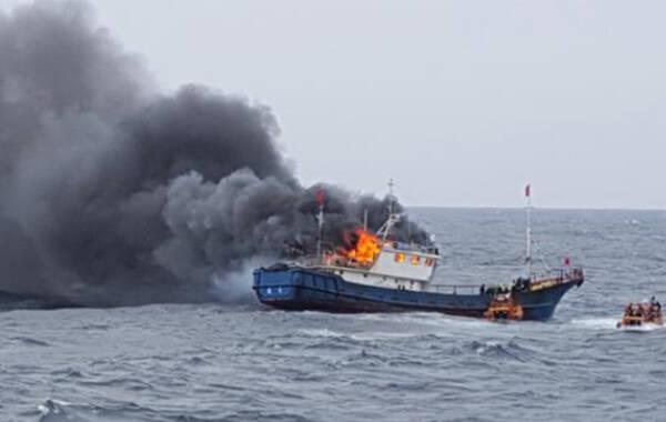 9月29日上午9时45分许,一艘中国渔船在韩国全罗南道新安郡附近海域,遭韩国海警登船检查。因驾驶舱和机器房被反锁,对方在追捕时向中国渔船发射了3枚闪光爆震弹,其中2枚在驾驶舱内爆炸。结果引发火灾,最终造成3名中国渔民死亡。