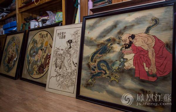 烙画又称为烫画,它是用热烙铁在木板、竹片、葫芦、宣纸等材质上作画的一种技艺,烙画源于西汉、盛于东汉,是中国古代的一种珍贵画种。图为王高飞的烙画作品。(文/唐婧 摄/毛寿皓)