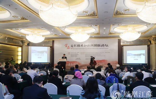 """10月26日,2016南京历史文化名城博览会两大平行论坛之一的文化传承和创新国际论坛在南京古南都饭店举行。来自联合国教科文组织、英国、美国、法国、印度、中国的文化领域专家学者汇聚一堂,本次国际论坛围绕""""文化遗产保护和创新""""的主题进行了主旨演讲和互动交流。历时一天的论坛中,有超过25位专家学者进行发言和报告。"""