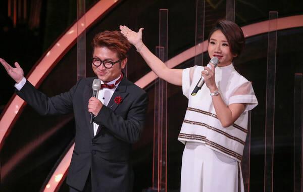 11月26日,台北,第53届台湾金马奖颁奖礼现场。陶晶莹担任本次大赏主持人,与好友纳豆互动。