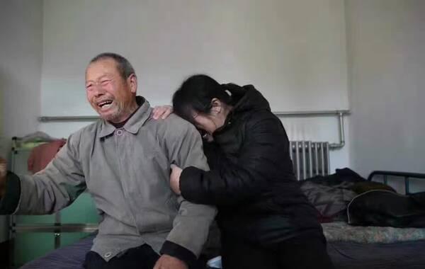 聂树斌冤死21年终获清白!最高法今日宣布聂树斌无罪。1994年其被控强奸杀人,次年被枪决。聂树斌父亲和姐姐在老家听到宣判结果后忍不住哭泣。