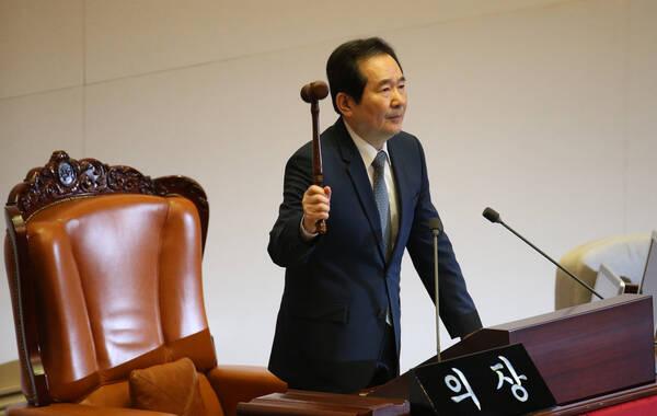 当地时间2016年12月9日,韩国首尔,韩国国会议长丁世均宣布总统朴槿惠弹劾案启动,议员入场投票。北京时间下午15时,韩国国会以234票表决通过朴槿惠弹劾案。