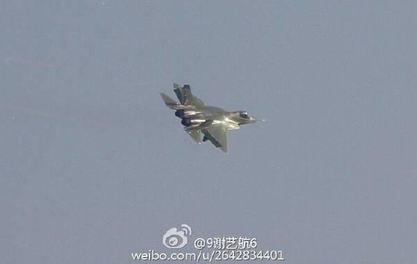 """据网友拍摄的照片显示,""""鹘鹰""""战机的改进型今天首次进行了试飞。从试飞照片可以看出其后机身进行了大幅修改。(来源:环球网)"""
