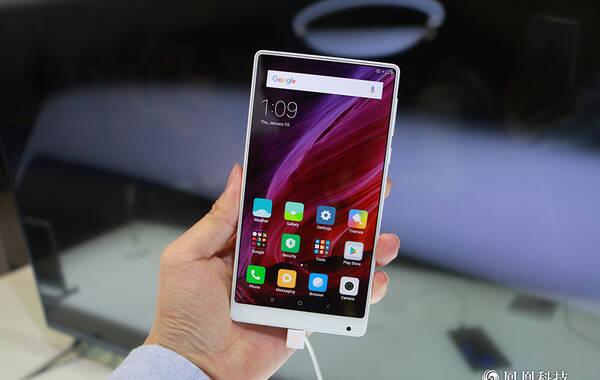凤凰科技讯 CES2017正式开展,小米在此次展会上展示了最新的小米MIX白色版全面屏手机。该机配置和之前推出的黑色版一样,机身也还是全陶瓷材质机身设计,浑然一体,看起来十分的精美。(图文/刘正伟)