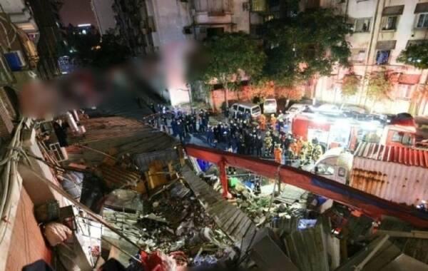据央视网3月4日消息,3月3日晚上10点左右,厦门市思明区明发广场一家海鲜楼所在的楼顶琉璃瓦大面积脱落,造成楼下多名就餐人员被砸。