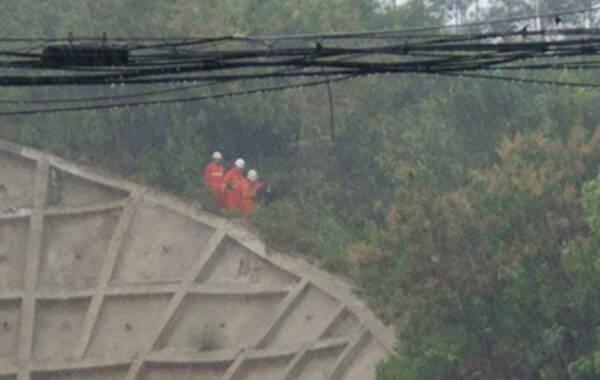 2017年3月19日,广西南宁,仙葫大道的一座小山坡,一男一女两人爬上山,接着脱掉衣服,两人坐在山上。现场120救护车以及消防车就位。当天下午2点,两人因为大雨,穿上了消防官兵送来的衣服,下了山。随后两人上了清秀派出所的警车,回派出所接受问话。来源:广西新闻频道 黄纪宾 廖伟生