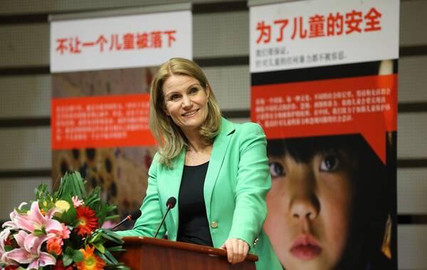 她是丹麦历史上首位女首相,成功地带领丹麦度过全球金融危机后的困难转型期。因热衷于公共领域服务,尤其是保护儿童事业,卸任后担任国际救助儿童会首席执行官。带领25000名员工,在全球120个国家包括一些最具挑战性的国家和地区实施发展项目及紧急救援工作,受助儿童逾5500万人。她就是本期《公益先锋》人物:丹麦前首相、国际救助儿童会首席执行官赫勒·托宁-施密特。