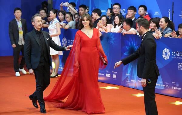 2017年4月23日,北京,第七届北京国际电影节闭幕红毯举行,出席的明星有莫妮卡·贝鲁奇、铃木保奈美、林志玲、殷桃、著名导演是枝裕和、丹麦国宝级导演比利·奥古斯特以及蒋雯丽带领的众位天坛奖评委等。提到性感,莫妮卡·贝鲁奇是一个不可绕开的人物,正如西班牙国度的热情一样,她的一个眼神就能勾起男人的全部激情,是全世界男人心中的梦中情人。大多数中国观众是通过《西西里的美丽传说》发现这枚性感尤物的,莫妮卡贝鲁奇在电影里面美艳地不可方物,她饰演的玛莲娜既是小男孩雷纳多的性幻想,也是很多观众的性启蒙。图为莫妮卡·贝鲁奇现身红毯。
