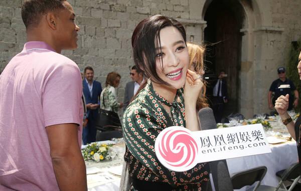 """戛纳当地时间5月26日,凤凰网娱乐独家受邀参加了评审团酒会。在活动上,记者对范冰冰进行了专访,她表示这次来担任评委的工作心情很放松,看了很多有意思的电影,不过她同时也对记者感叹,评委工作""""还是很累的""""!"""