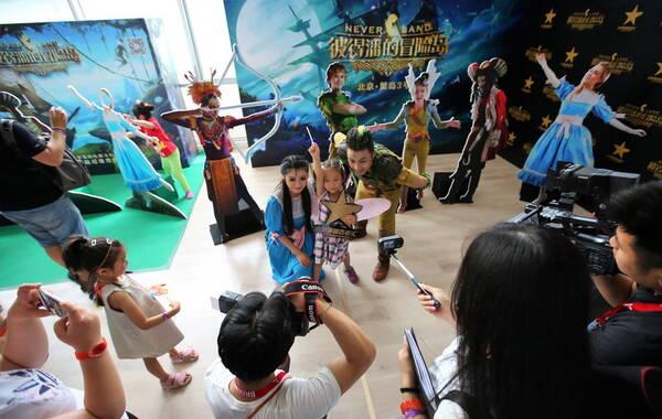 """6月3日,全球首部童话主题超维度戏剧《彼得潘的冒险岛》在北京蟹岛8000平米专属场馆内举行媒体专场演出,由此拉开该剧全国公演的序幕。同日,《彼得潘的冒险岛》投资方、拥有该剧全部知识产权的北京环球百老汇文化发展有限公司宣布—旗下儿童综合教育品牌百老汇青少儿俱乐部正式启动,将为青少年提供以美国百老汇戏剧表演为核心的一系列旨在促进儿童心智综合发展、养成优秀人格的课程,这标志着环球百老汇现场演出产业链正式延伸至青少年教育领域,也意味着《彼得潘的冒险岛》""""自主IP—国际制作—全球授权""""国际产业化三部曲进入到下游开发、合作的新阶段。"""