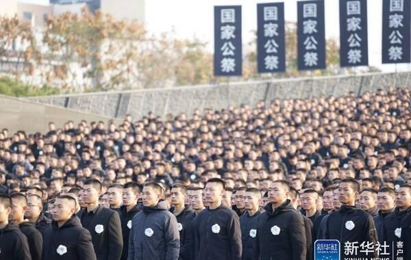 12月13日是南京大屠杀死难者国家公祭日。当天上午,党和国家领导人出席在侵华日军南京大屠杀遇难同胞纪念馆举行的国家公祭仪式。与此同时,全国多地也同步举行悼念活动。图为公祭仪式现场。新华网 席航飞 摄