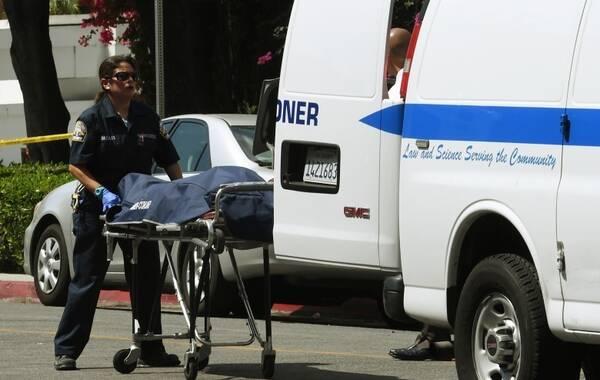 美国当地时间8月1日早上6点,一名亚裔男子在中国驻洛杉矶总领馆门前向总领馆的建筑和门牌开枪射击,枪手随后开枪自杀身亡。枪击案没有造成除枪手以外的其他人员伤亡。图为死者尸体从汽车移走。文:央视新闻