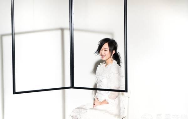 「画布」是继陈明憙Jocelyn的粤语原创概念系列「黑白灰三部曲」之「灰」——「浓雾」后的又一力作,于8月10日在香港首发,其MV同日发布。