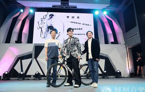 """9月8日,罗时丰2017全新国语专辑《是不是老了》北京媒体见面暨加盟太合音乐集团发布会在北京顺利召开,发布会现场他不仅带来了三首新作《是不是老了》、《在路》、《后台》,而且还和歌迷对唱了经典歌曲《无言的结局》,罗时丰深情的演绎大获全场媒体及乐迷们的如潮好评。此外,罗时丰的圈内好友主持人黄子佼、""""小李飞刀""""焦恩俊都专程飞抵北京,为罗时丰的新专辑媒体见面会保驾护航。"""