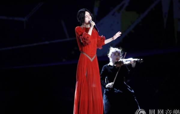 近日,2017年中央电视台中秋晚会在黑龙江大庆录制。当晚,电子唱作人尚雯婕身着红色长裙亮相秋晚舞台,献唱原创赞歌《最终信仰》。