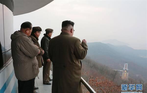 朝中社3月19日提供的照片显示,朝鲜3月18日凌晨在西海卫星发射场进行了新型大功率火箭发动机的地上点火试验。朝鲜最高领导人金正恩(右一)现场指导试验。据朝中社19日报道,朝鲜日前进行了新型大功率火箭发动机的地上点火试验,朝鲜最高领导人金正恩对试验结果表示满意。  图片来源:新华网