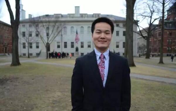 """近日,一篇 《哈佛大学毕业典礼学生演讲代表将首现华人留学生》 的文章被国内外媒体广泛报道。哈佛校方确认该校生物系博士毕业生何江是第一位享此殊荣的中国大陆学生。当天,与他同台演讲的特邀嘉宾将是著名导演史蒂芬·斯皮尔伯格。长于湖南乡村,中科大才子,哈佛全额奖学金硕博连读,科学巨匠庄小威弟子,世界著名经济史学家尼尔弗格森邀请写书。关于何江的故事实在太多太多,对于这位身边的老朋友,我一直想为他写一篇文章来鼓励更多寒门出生的学子。就像何江接受中国青年报采访时说的一样:""""教育能够改变一个人的生活轨迹,能够把一个人从一个世界带到另一个不同的世界。我希望我的成长经历,能给那些还在路上的农村学生一点鼓励,让他们看到坚持的希望。"""""""