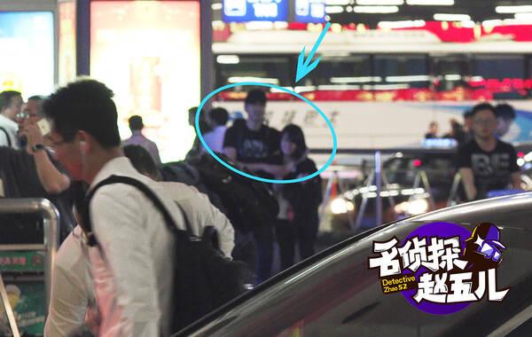名侦探赵五儿报道 前几天,记者在机场逮到天然美丽的高圆圆,今天就遇到了她的台湾夫婿赵又廷。小夫妻挺有默契的,连出入机场不戴口罩毫无遮掩的习惯都是一样的。
