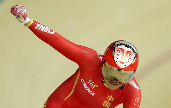 里约奥运会场地自行车项目继续展开争夺,中国队在女子团体竞速第一轮角逐中击败西班牙队,并且打破了世界纪录。而在决赛中宫金杰与钟天使代表中国队出战,最终她们战胜俄罗斯队获得金牌,实现中国自行车项目金牌零的突破。