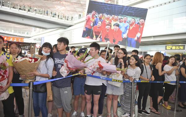 2016年08月20日,北京,里约奥运会中国乒乓球代表团第二分队终于抵京,众多粉丝接机。