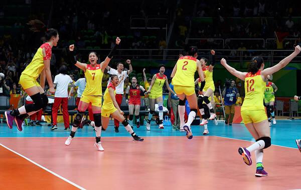 北京时间8月21日,中国女排3-1击败塞尔维亚夺冠,时隔12年中国女排再次登上了奥运会的最高领奖台,女排姑娘胜利后激动庆祝。