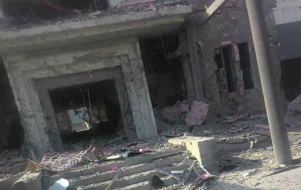 8月30日,据吉尔吉斯斯坦卫生部称,当地时间30日早晨,一辆携带炸弹的汽车冲进中国驻吉尔吉斯斯坦大使馆,并在馆区内发生爆炸,造成至少1死3伤。事后有记者和吉使馆大使秘书确认:袭击者当场死亡,另有至少两名警卫一名园丁及部分馆员和馆员家属受伤,目前伤者都在医院接受治疗。袭击者身份不详。来源:新华网 央视新闻 俄罗斯卫星网