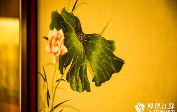 """在古代丝织物中""""锦""""是代表最高技术水平的织物,而南京云锦则集历代织绵工艺艺术之大成,列中国三大名锦之首。"""