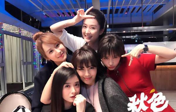 """10月10日晚间,刘涛、蒋欣、杨紫、王子文、乔欣更新微博,晒出了欢乐颂5美同框的合照,她们写道""""We are back!!""""照片中五人相拥在一起,众人露出甜笑心情大好。"""