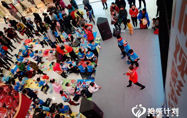 """12月25日,圣诞节当天,合肥一商场内,五十余名小朋友将平时看过的书籍和多余的玩具带到""""跳蚤市场""""公益活动上,举行了一场暖心的义卖活动。"""
