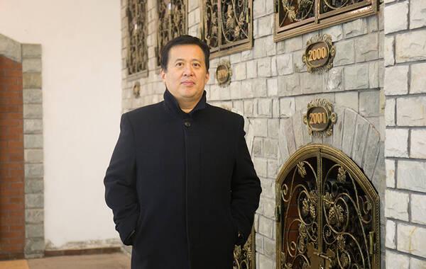 """人物简介:李小鉴,1965年出生于山东济南,近年来专事高尔夫题材的绘画艺术探索,成绩斐然,被称为""""中国高尔夫绘画艺术的倡导者和实践者"""",是中国高尔夫绘画第一人。如今,李小鉴先生尝试用红酒作画,创作出一幅幅精彩纷呈的艺术作品,成为中国红酒作画第一人。2016年12月17日,中国第一个红酒画廊——李小鉴红酒画廊在青岛国家4A级景区华东百利庄园揭牌成立。"""