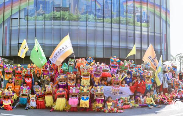 莺啼燕语报新年,千人舞狮绘元宵!2月12日,凤凰之星·2016广东省少儿绘画大赛颁奖仪式暨2017羊城千人舞狮绘元宵活动在广州·万胜广场盛大举行,现场锣鼓喧天,群狮共舞,蔚为壮观。醒狮是广东省重要的非物质文化物质遗产,本次活动旨在带动传统文化与创意美术相结合,推动广东省少儿美术教育的发展。 图为:少儿舞狮队在广州地铁博物馆前合影留念。(叶绍明/摄)