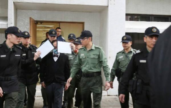 2017年2月22日,香港高等法院就香港特区前行政长官曾荫权一项公职人员行为失当罪名,作出判刑,判处曾荫权入狱20个月,即时收监。图为曾荫权由医院侧门上囚车,被锁手铐。