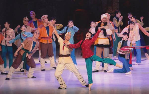 作为中日邦交正常化45周年系列文化交流活动之一,日本松山芭蕾舞团新编大型芭蕾舞剧《白毛女》将在5月前往中国演出。5月19日在人民大会堂演出后,5月23日还将在上海大剧院演出。这也是松山芭蕾舞团第15次到中国演出。图为新编芭蕾舞剧《白毛女》剧照。