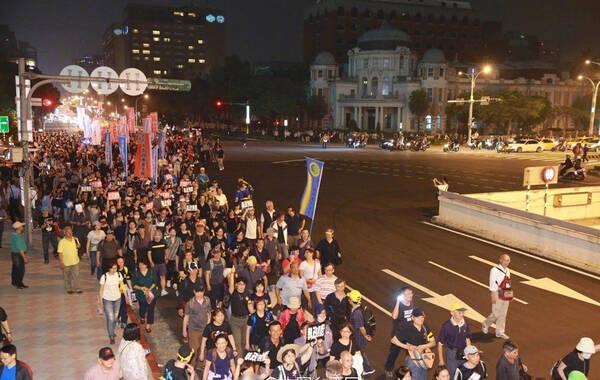 """据中国台湾网报道,台湾""""立法院""""将初审""""年金改革法案"""",岛内""""监督年金改革行动联盟""""发起""""夜宿围城""""包围""""立法院""""行动。"""