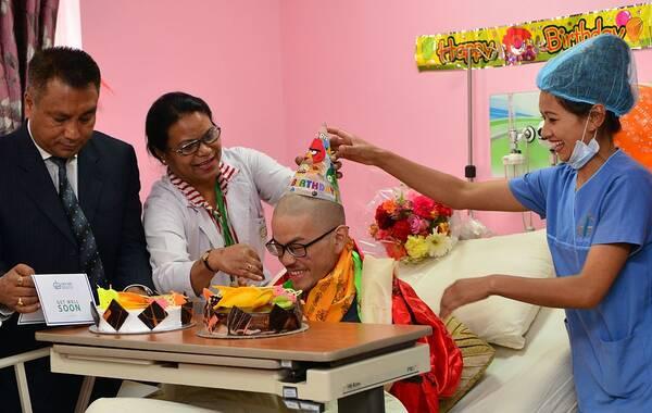 当地时间2017年4月27日,尼泊尔加德满都,梁姓中国台湾旅客在医院庆祝21岁生日。供图:PRAKASH MATHEMA/视觉中国