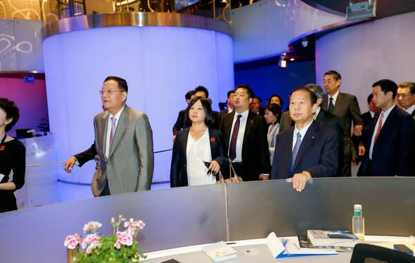 5月13日下午,日本自民党干事长二阶俊博所率的一带一路峰会日本代表团,抵达凤凰中心,凤凰卫视董事局主席、行政总裁刘长乐先生陪同参观。
