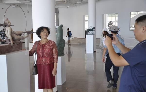 """展览为期一个月的2017青岛""""一带一路""""沿线国家雕塑邀请展如火如荼地在青岛雕塑馆进行展出。2017年10月1日-10月8日作为国庆、中秋双节假期,展馆内依然热度不减,前来参观展览的市民、游客或停驻或讨论,非常认真。此次雕塑展也为市民和游客带来了一次""""丰盛""""的艺术盛宴。(摄影:于鸿田)"""