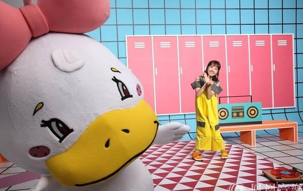"""""""亚洲唱唱跳跳小公主"""" LuLu黄路梓茵8月25日将推出个人首张专辑《美小鸭》,首波主打歌曲已于数位平台全面上架!日前,率先释出两支可爱的""""鸭箱宝""""专辑拍摄花絮,不论是美小鸭俏皮独舞,还是LuLu与美小鸭的趣味battle尬舞,都引发网友们广大的回响。"""