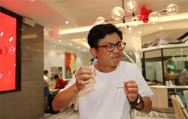 导演黄文利喝酒表情绝对亮了