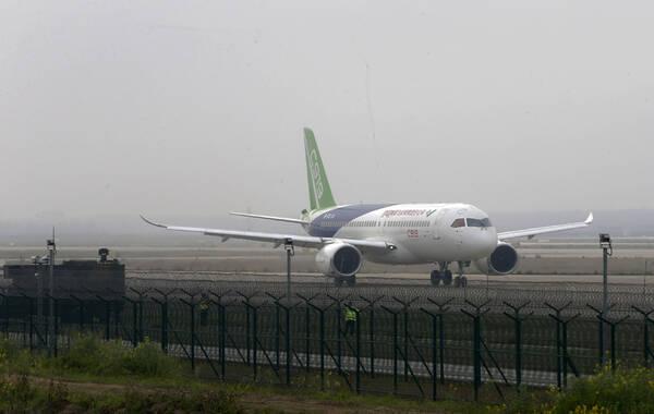 2017年4月16日上午,中国商飞国产大飞机C919的原型机,在上海浦东国际机场4号跑道进行了首次高速滑行测试,测试顺利。 此前C919已经通过首飞技术评审。目前,首飞前的各项技术测试工作正在有条不紊的展开。 图集图片:澎湃新闻记者 赵昀