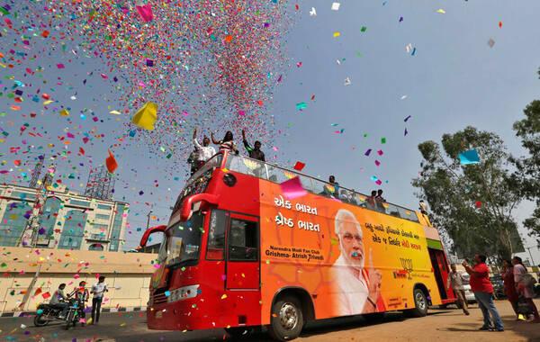 5月16日,印度总理大选即将揭晓,候选人穆迪的支持者在街头游行。