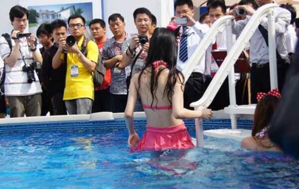 2013年5月28日,上海,第18届中国(上海)国际厨房、卫浴设施展览会在上海举办。 模特着内衣助阵。