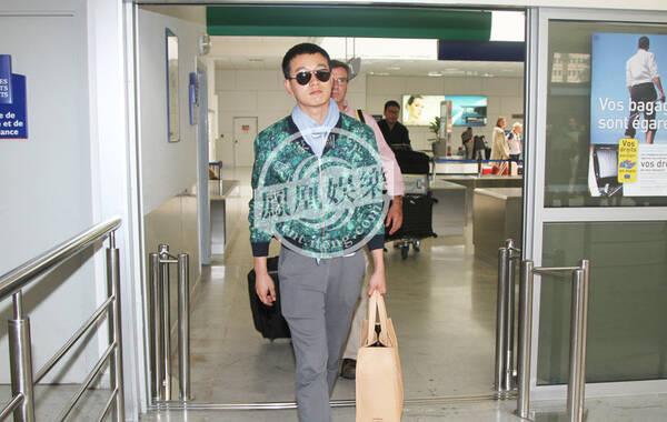 凤凰网娱乐讯 北京时间2014年5月17日,佟大为抵达尼斯机场参加《太平轮》在戛纳电影节的宣传活动,这次他只会停留两天然后回国就进组与赵薇一起拍摄电视剧。由于行程太赶,太太并没有同行,不过佟大为承诺太太暑期来戛纳度假。