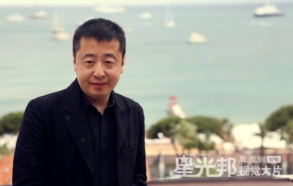 """这两年的520,贾樟柯和赵涛这对夫妻伉俪都是在戛纳度过的,相比去年为了竞赛片忙碌着,今年的二人有更多的私人空间。作为主竞赛单元评委的贾樟柯每天看三部左右的影片,用他的话说是""""独特的经验"""";赵涛的时间则更为灵活,不过即便二人看了同一部影片也不会交流,这是""""家规""""。评审之余,贾樟柯宣布新片《山河故人》计划,女主角依然是赵涛,夫妻档再度合作。图为贾樟柯戛纳随影。"""
