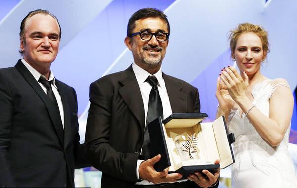 戛纳当地时间5月24日,第67届戛纳电影节闭幕式举行。努里-比格-锡兰的《冬眠》最终斩获金棕榈。图为努里-比格-锡兰上台领奖。