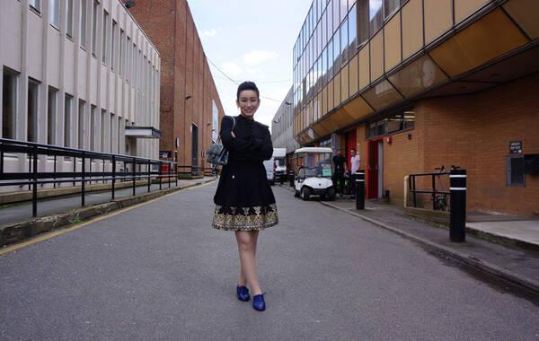 凤凰娱乐讯 伦敦时间6月5日 秦海璐来到英国知名的埃尔斯特里制片厂(Elstree Studio),中英电影合作推广大使秦海璐先后造访了片厂内的BBC摄影棚、特效化妆工作室、3D特效工作室。除此之外,在影片《帕丁顿熊》的拍摄现场,秦海璐还巧遇该片监制、《哈利波特》全部8部影片的制作人大卫-海曼先生,两人就中英电影合拍前景进行了深入探讨。