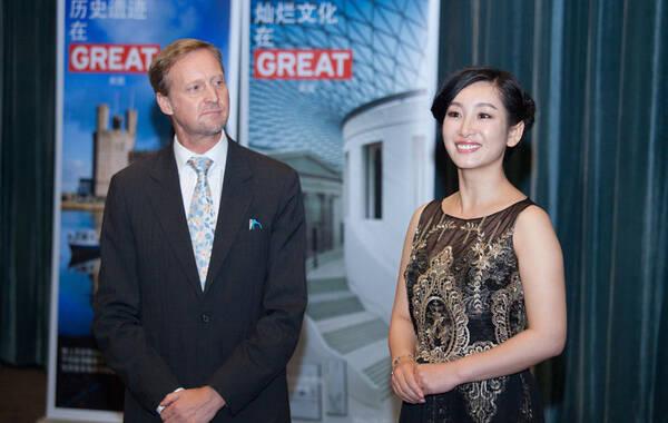 凤凰娱乐讯 6月9日晚,2014年英国女王生日庆典在上海电影博物馆举行。英国驻沪总领事戴伟绅先生(Brian Davidson)和中国知名女演员秦海璐共同登场,揭晓了网络英国电影节(GREAT British Online Film Festival)。