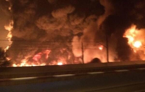 6月30日晚,大连金州新区铁山中路附近,一条中石油输油主管线爆裂,现已起火,起火点目前至少三处,火势较大!