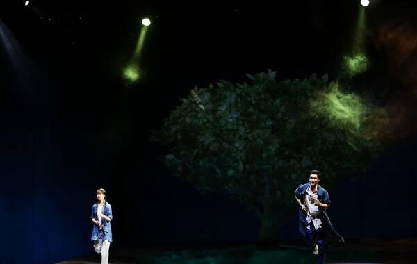 """结束了在浙江乌镇的排练与试演,7月8日,由田沁鑫执导、小彩旗领衔主演的话剧《山楂树之恋》正式移师国家大剧院,简约明净的舞台之上,青春飞扬的""""九零后""""演员们深情演绎着一场""""从头到尾不停奔跑""""的爱情童话。图为国家大剧院演出剧照"""